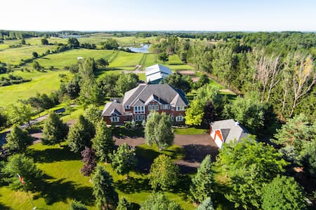 Thoroughbred Horse Farm Estate - Uxbridge - Dom