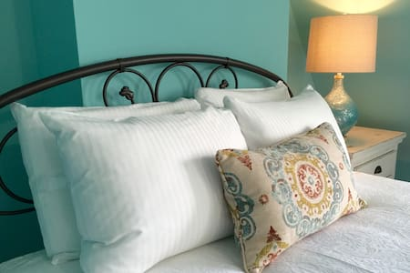 Wilmington, Plush Queen Bed, Free Parking - House