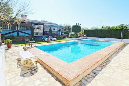 Lovely Villa with pool and garden - House