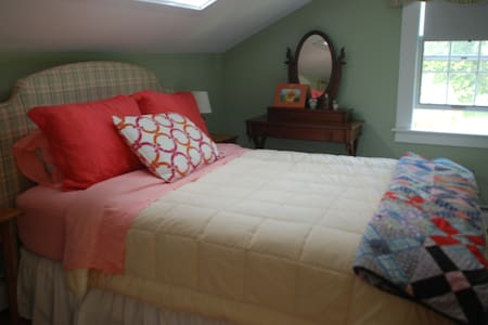 Charming guest room in historic carriage house. - Talo