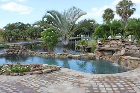 Waterfront Resort Like Setting - Fort Myers - House