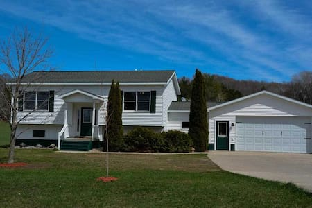 Country Living in Leelanau County and 7 Min to TC. - Hus