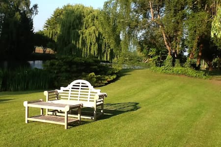 16th Century Property, Private Carp Lake. P/Shower - Church End - Bed & Breakfast