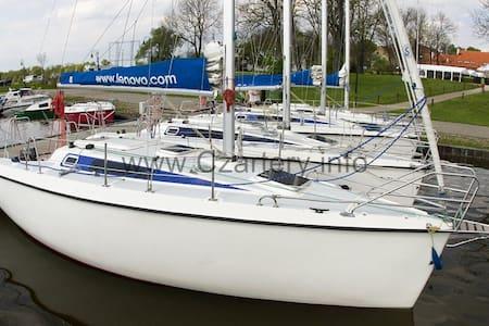 Sailing yacht in city center - Giżycko - Bateau