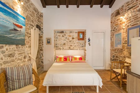The small stone house - Lavrio - Bed & Breakfast