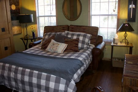 Austin Tx Hill Country Farm Cottage - Bed & Breakfast