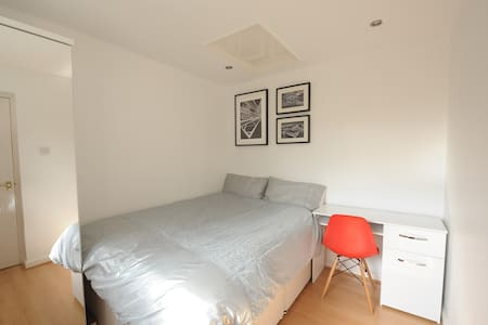 Modern room next to station - Winnersh - Dom