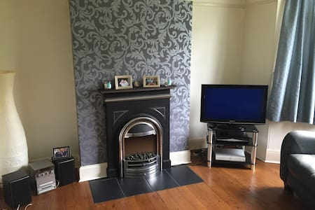 North Leeds home with single room . - House