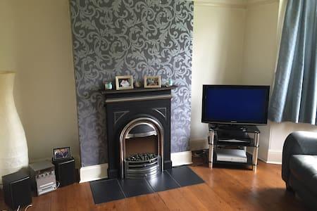 North Leeds home with single room . - Casa