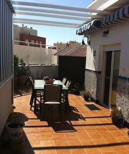 Ático muy acogedor con una esplendida terraza - Apartamento