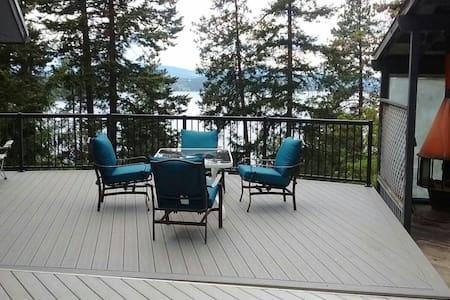 Main floor overlooking lake - Ev