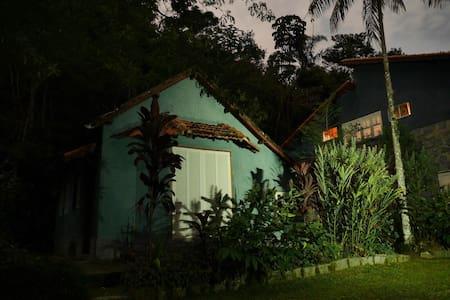 Casa na montanha cercada de natureza - Chatka