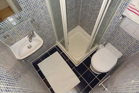 Studio Flat with Gorgeous Mezzanine. Barons Court - London - Wohnung