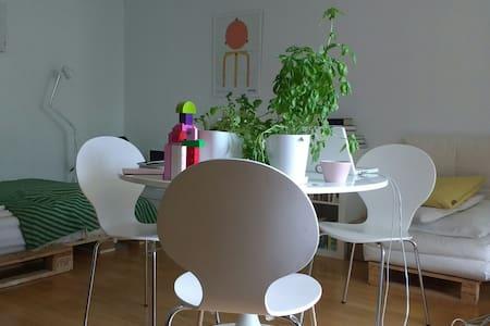 Peaceful & sunny home in Helsinki - 아파트