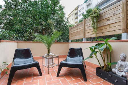 Spacious and bright room that communicates with our large terrace. You'll be on the nights alone The  owner does not live in the house. I'll only be during the day.  It,s close to Sants station, Spain Square and 10 minutes walk from the center