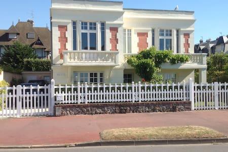 VILLA AVEC JARDIN ET VUE MER DANS DEAUVILLE - Deauville - Villa