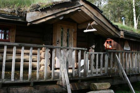 Liten tømmerhytte på Fossdal Gaard - Blockhütte