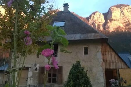 Maison en chartreuse à Corbel - House