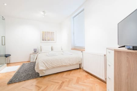 Cosy Guest Room w/ Daily Breakfast - Budapest