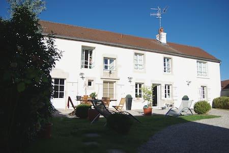 Jolie maison ancienne à 10 min de Dijon. - House