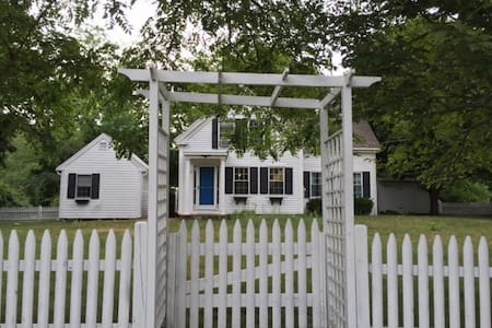 Harwich Ctr. Cottage: Enjoy Autumn on the Cape - Σπίτι
