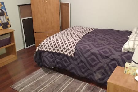 2 rooms and private bathroom to rent near Montreal - Ház