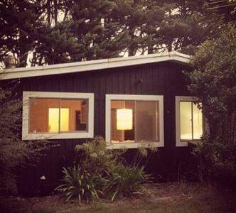 Vintage cottage on lovely farm - Ev