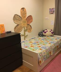 Sunlit, cozy bedroom in Bushwick:: needs owner! - Brooklyn - Apartment