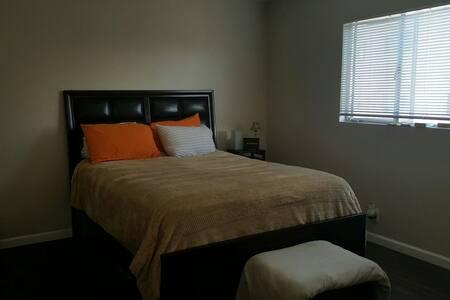 Cozy 1 Bedroom, hardwood Floors! - Wohnung