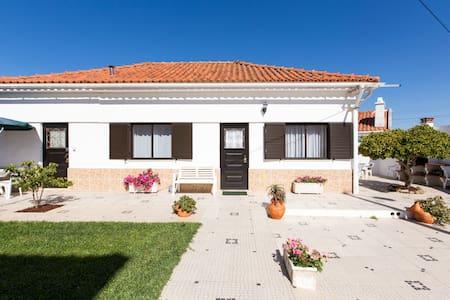 Family-Friendly Salir Beach Cottage! Casa Bonança - Salir do Porto - Hus