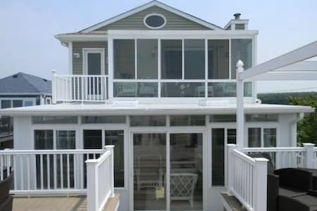 Waters Edge 6 BR Beach House - Wading River