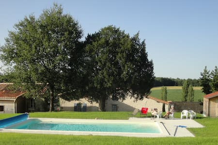Laurier Holiday Cottage with Pool - Hus