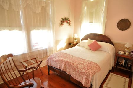 Pink Lady (Rm 5) @ The Grey Swan Inn B&B - Blackstone - Bed & Breakfast