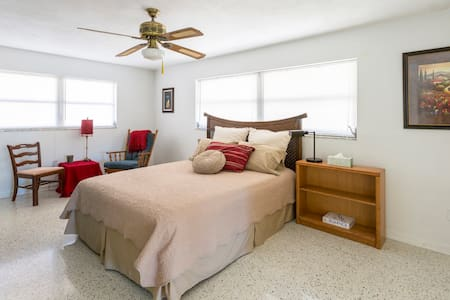 Large room with prvt bath, pool, kitchen, laundry - Largo - Casa