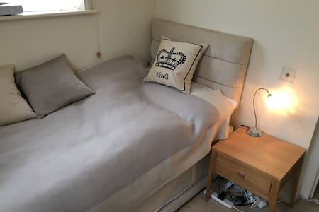 Chelsea single room light & cosy