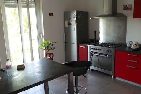 chambre dans appartement avec jardin - Mulhouse - Byt