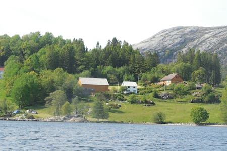 Authentic Norwegian countryside by the fjord. - Rumah