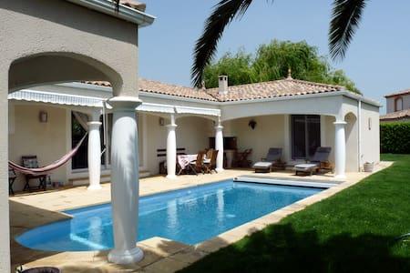 Villa contemporaine, piscine à 27° - Creissan - Villa
