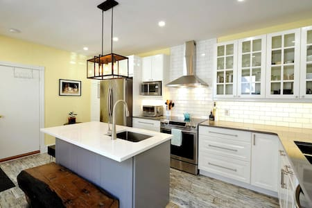 Bright Spacious Room Close to Everything w/Parking - Hus