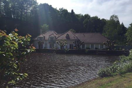 Ancien Moulin au bord d'un étang - Haus