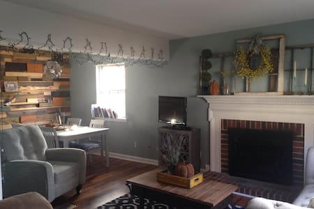Room type: Private room Bed type: Real Bed Property type: Townhouse Accommodates: 2 Bedrooms: 1 Bathrooms: 1.5