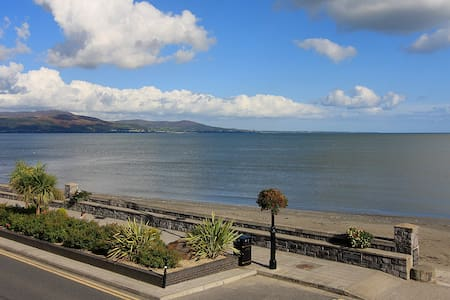 Luxury Beach Front Apartment - Wake up by the Sea - Blackrock - Lejlighed