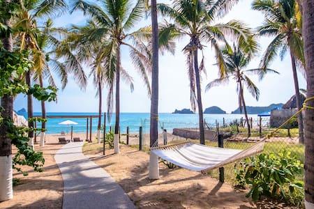 ★MELAQUE´S BEST KEPT SECRET BEACH FRONT CABIN★ - Zomerhuis/Cottage