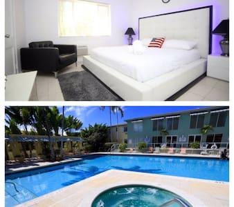 Luxury Master Bedroom pool/Jacuzzi - Miami - Apartment