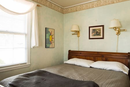 Comfortable Bungalow/Near Uptown