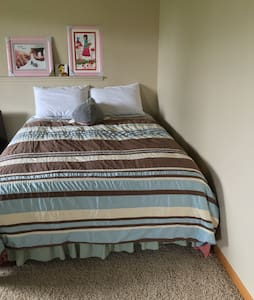One queen size bedroom at basement - Lincoln - Maison de ville