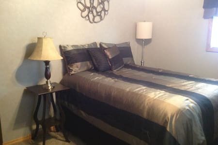 Private Bed w/bath in Renovated House - Rantoul - Hús