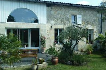 Maison de charme, calme, parking et jardin. - Dom