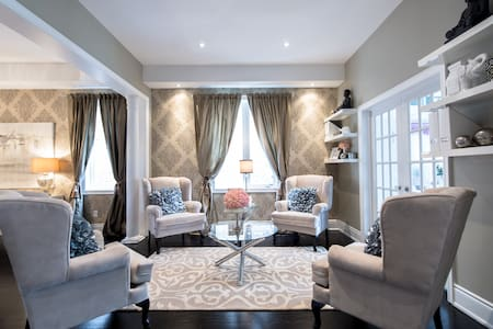 Luxurious Executive Custom Built 4 Bedroom Home - Ház