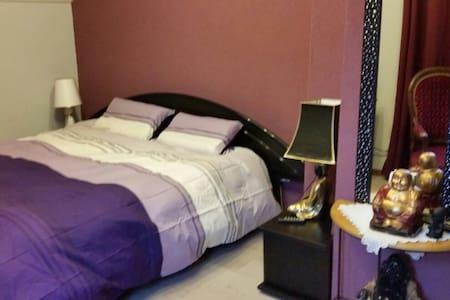 Belle chambre chaleureuse dans maison - Rumah